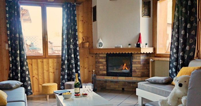 Chalets-Lacuzon Snow Valley lounge with fireplace